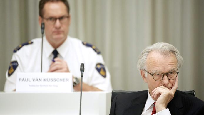 Archieffoto: de Haagse burgemeester Jozias van Aartsen met op de achtergrond politiechef Paul van Musscher.
