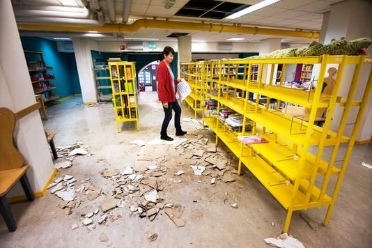 Sylvia Deerenberg neemt de schade op als gevolg van een brandje bij de hoofdingang van de Centrale Bibliotheek. Vooral de afdeling kinderboeken heeft veel waterschade.