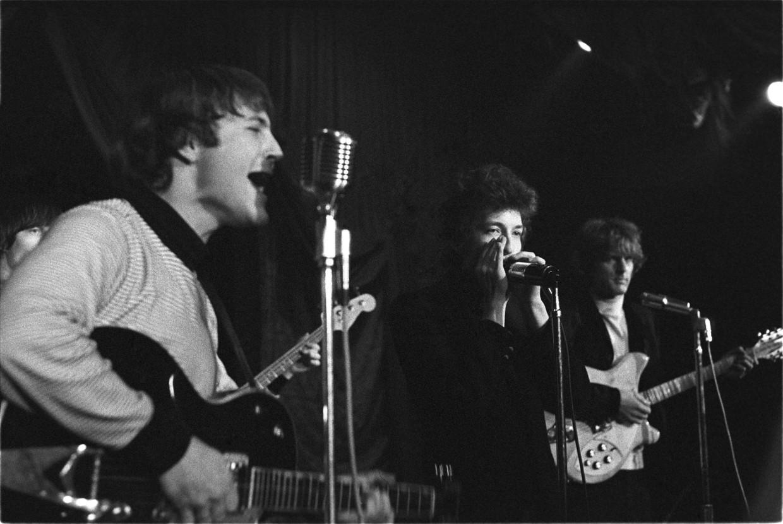 Bob Dylan op het podium met The Byrds, in Ciro's in West Hollywood op 26 maart 1965. Beeld VRT