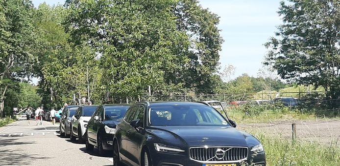 Drukte op de Bergsebaan. Verderop richting Heerle kunnen twee auto's elkaar amper passeren.