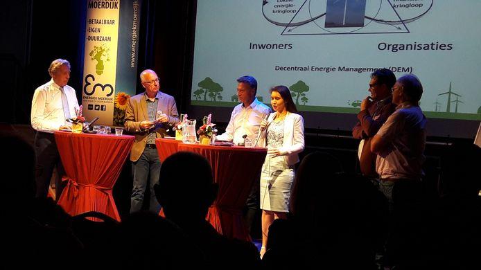 Symposium over energietransitie met aan het woord gedeputeerde Anne-Marie Spierings. Ed Nijpels (links) en Michael Daamen (rechts) luisteren.