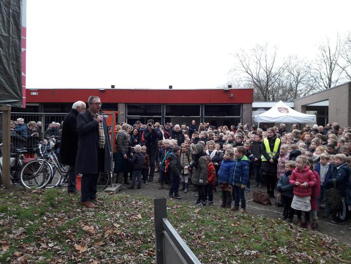 Leerlingen van de Eben-Haëzerschool luisteren op de nieuwe locatie naar wethouder Johan Kruithof en directeur Guus Knapen (met microfoon).