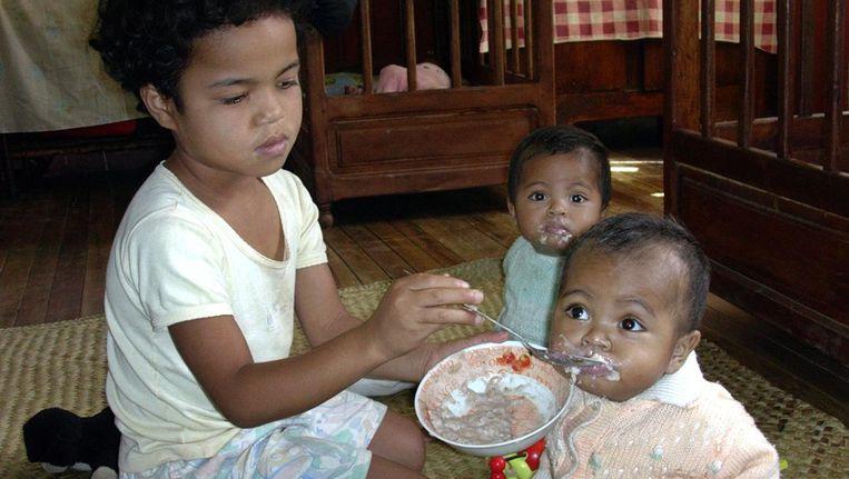 Beeld uit 2005: kinderen in een weeshuis in Antananarivo, Madagascar wachten op adoptie. Beeld afp