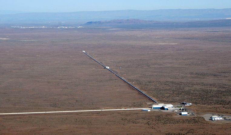 De LIGO-detector in Hanford in de Amerikaanse staat Washington, met haaks op elkaar 4 kilometer lange tunnels met laserapparatuur. Beeld null