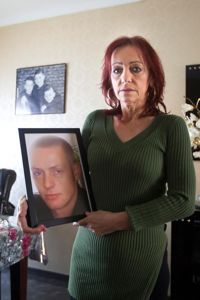 Stien Michielsen met de foto van haar overleden zoon Wim. ,,Ik ben nog steeds in shock.''
