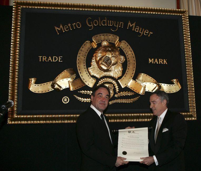 Regisseur Oliver Stone krijggt de Leon the Lion-award uit handen van MGM-baas Harry Sloan, op archiefbeeld. Beeld epa