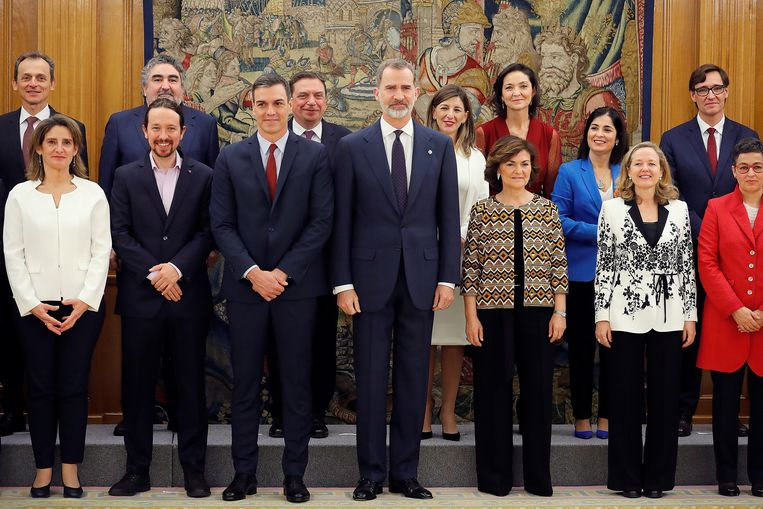 De Spaanse koning Felipe VI vanmiddag samen met de nieuwe Spaanse regering onder leiding van premier Pedro Sánchez (3e l. vooraan), met onder ander vicepremier voor Sociale Zaken Pablo Iglesias (Unidas Podemos, 2e l. vooraan).