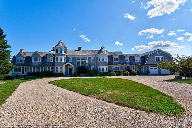 Op het eiland staat een villa met elf slaapkamers en negen badkamers.