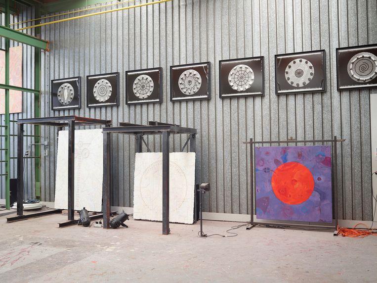Kunst van Mellius, schilderijen met symbolen. Beeld Henk Wildschut