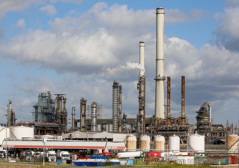 De raffinaderij van Esso (Exxon) in Antwerpen.  Beeld EPA