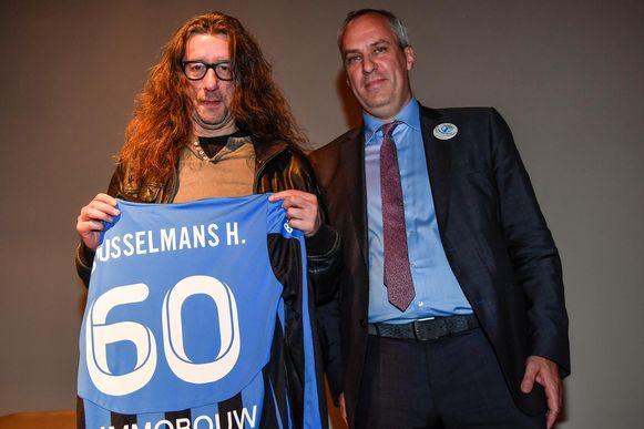 Herman Brusselmans kreeg van organisator Koen Mettepenningen een truitje cadeau van VW Hamme, de club waarvoor hij in zijn jeugd schitterde.