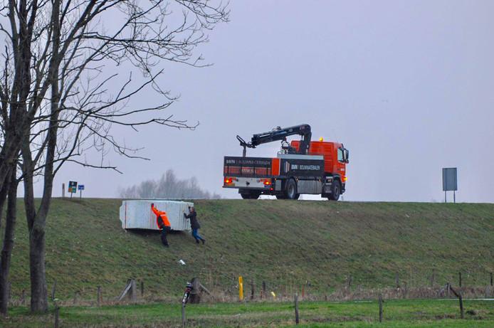 Op de Rijksstraatweg in Olst is een vrachtwagen een lading piepschuim verloren door de harde wind.