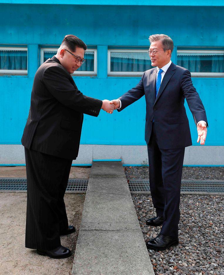 Het historische moment waarop de leiders van Noord- en Zuid-Korea elkaar voor het eerst de hand schudden.