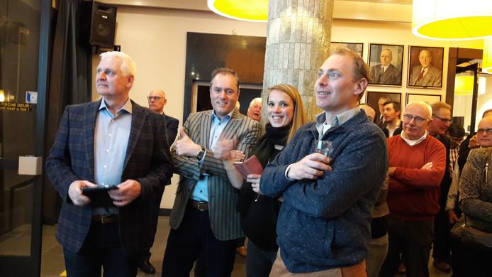 De VVD-fractie woensdagavond tijdens het doorgeven van de tussenstanden. Ze zijn blij met de winst, maar weten dan nog niet dat ze zes zetels zullen krijgen.