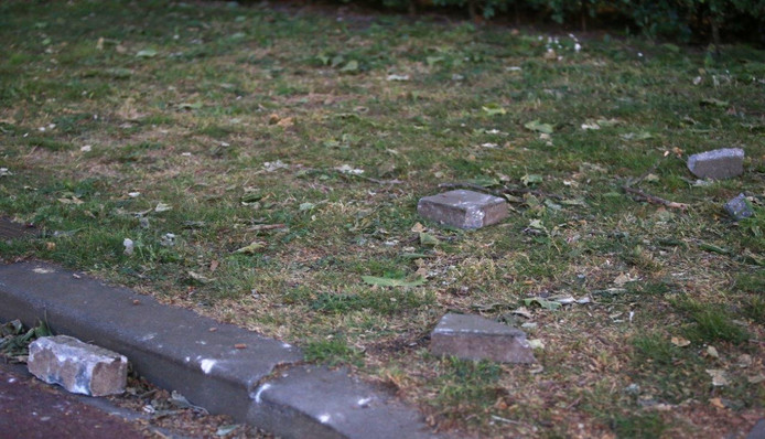 Stenen werden gegooid door supporters naar de ME