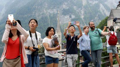 """Toeristen overspoelen Alpendorp, bewoners revolteren: """"Het is waanzin"""""""