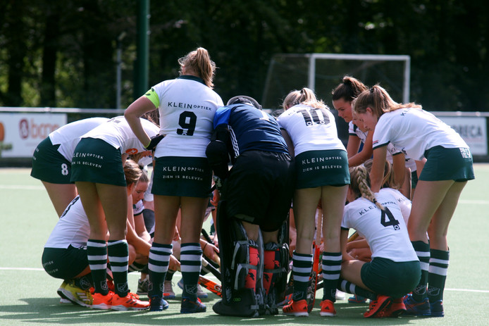 De vrouwen van AMHC peppen elkaar op aan het begin van hun eerste wedstrijd.