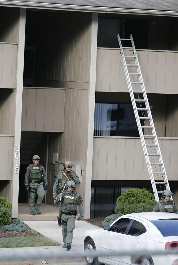 De politie doorzoekt de flat van Flanagan.