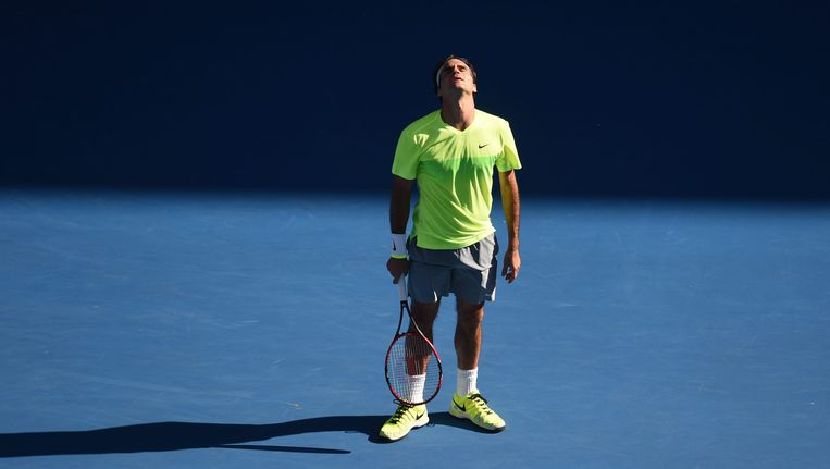 Roger Federer treurt om het verlies tegen de Italiaan Andreas Seppi. Beeld epa