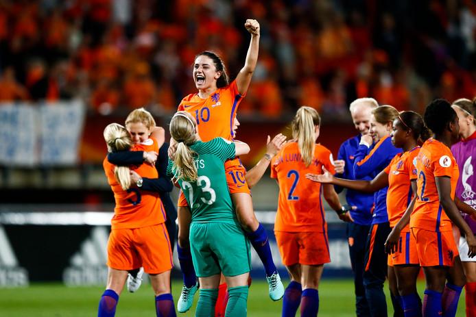 Danielle van de Donk wordt opgetild door keeper Loes Geurts van het Nederlands vrouwenelftal.