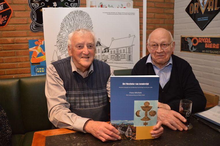 Frans Michiels en Robert Smet met het boek 'Het Meerbeke van toendertijd'.