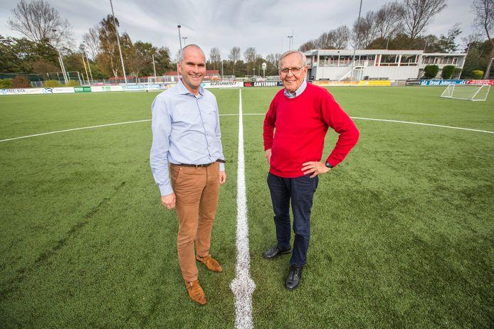 Voetballers Jos Vercauteren (l) en Pim van der Vegt (r) op het hoofdveld van HBS