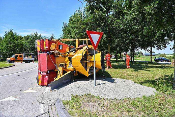 Betonwagen kantelt op de Driehoefijzersstraat in Zevenbergschen Hoek.