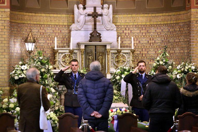 Bezoekers nemen in de Rotterdamse Laurentius- en Elisabethkathedraal afscheid van oud-premier Ruud Lubbers, die vorige week op 78-jarige leeftijd overleed. Beeld ANP