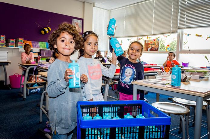 Leerlingen van De Horizon krijgen een bidon met hun naam erop om water in te doen.