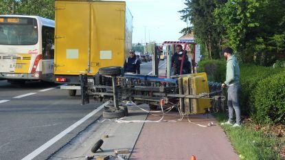 Verhuislift slingert over fietsstrook (en raakt gelukkig niemand)
