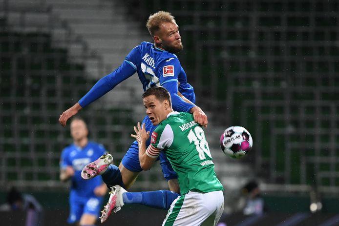 Niklas Moisander in duel met Joao Klauss van Hoffenheim.