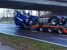 Vrachtwagen met vrachtwagen als lading ramt viaduct bij Ommen