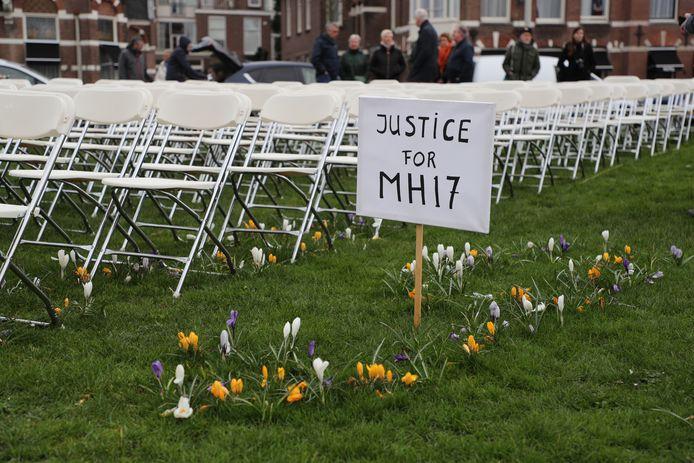 De demonstranten hebben symbolische klapstoelen neergezet.