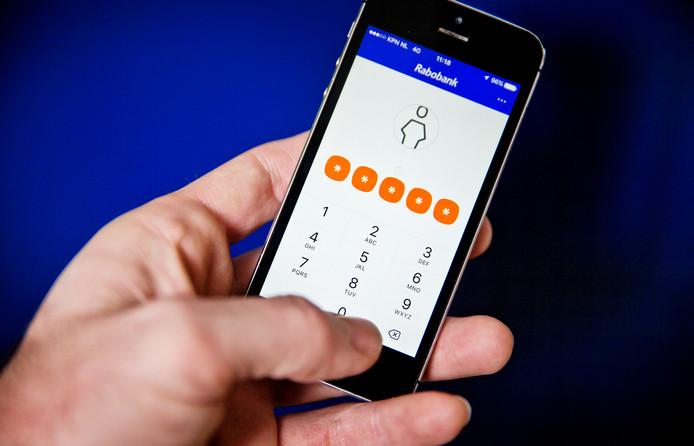 Internetbankieren met de Rabo-app. Dankzij de inspanningen van de bank krijgen miljoenen Nederlanders, ook bij andere grootbanken, nu duidelijkere afschriften.