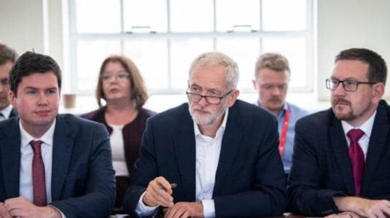 Dan Carden (l.) is een vertrouweling van Labour-leider Jeremy Corbyn (m.).