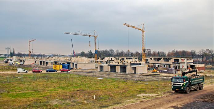De bouw van de eerste fase van De Beljaart, de nieuwe Dongense wijk ten noorden van de Bolkensteeg, enige tijd geleden.  Deze fase omvatte 162 woningen, waaronder 110 huurwoningen.