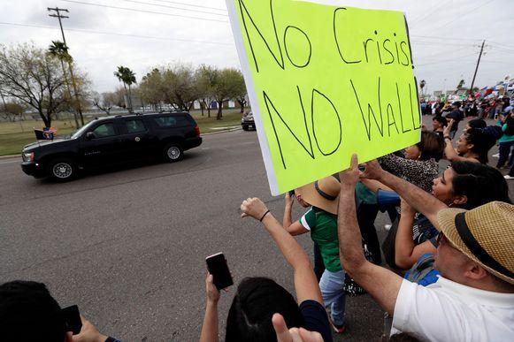 Op de route van Trump werd in Texas ook geprotesteerd door mensen die geen grensmuur willen.