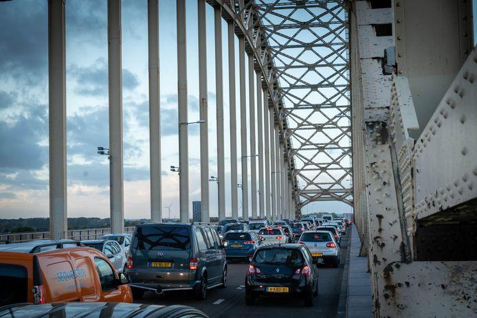 De Waalbrug slibde afgelopen maandagavond helemaal dicht nadat op de  A50 bij Ewijk de matrixborden uitgevallen waren. Al het omrijdende verkeer zorgde voor enorme vertragingen op de bruggen bij Nijmegen.