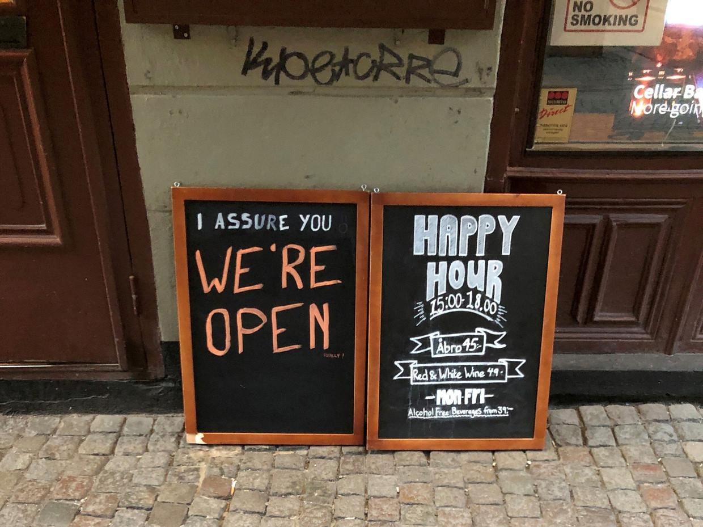 Een bar in Stockholm nodigt gasten vooral aan te komen drinken. Beeld Reuters