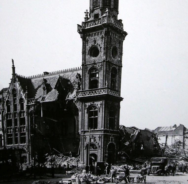 Van het in 1906 ingehuldigde neogotische postgebouw aan de Graanmarkt bleef na het bombardement van 21 juli 1944 enkel nog de torenspits overeind.