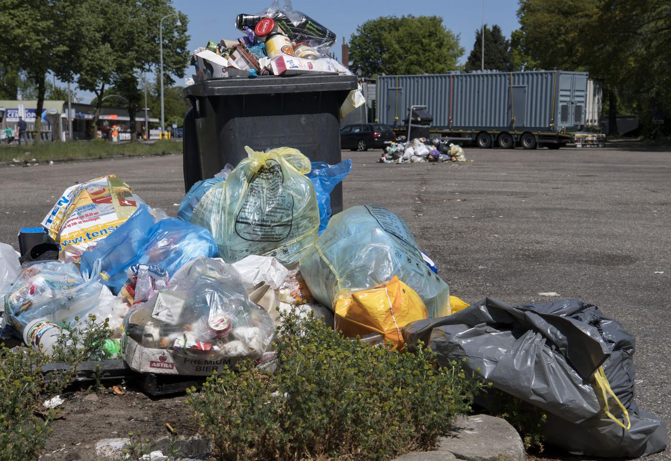 Beeld van parkeerplaats bij Rammelbeek na het afgelopen weekeinde: de vuilnisbakken zijn overvol en wat er niet in kan, ligt er omheen of waait (deels) weg.
