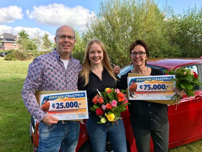 Postcodeloterijwinnaars van Oostmoer in Nispen. Jeanine (r) kreeg het grootste deel van de Straatprjs: 75.000 euro en een BMW.