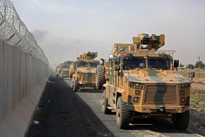 Turkse legervoertuigen aan de grens met Syrië.