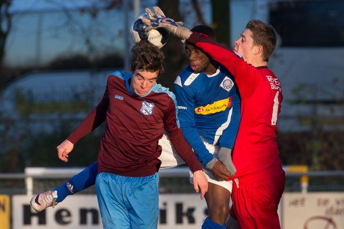 Keeper Justin van Dam van Heerenveen neemt Kevin Katendi, in het shirt van RKHVV,  mee.
