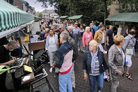 Enorme drukte in de Kloosterstraat tijdens Effe noar Geffe 2017.