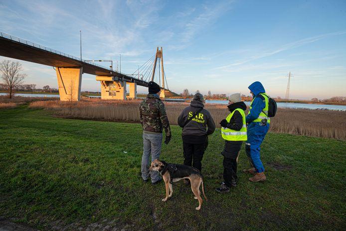 Met honden zoekt de organisatie SAR (Search And Rescue) op initiatief van de familie naar de vermiste vrouw.