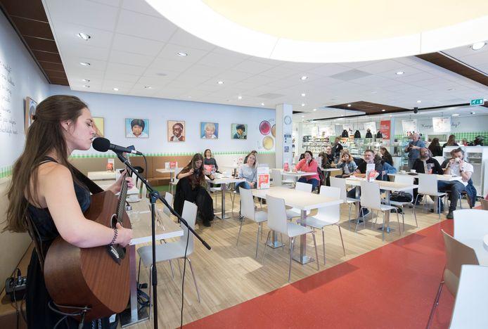 Zangeres Kiki Mettler speelt in de Wageningse Hema in het kader van  de Popronde Wageningen. Foto ter illustratie.