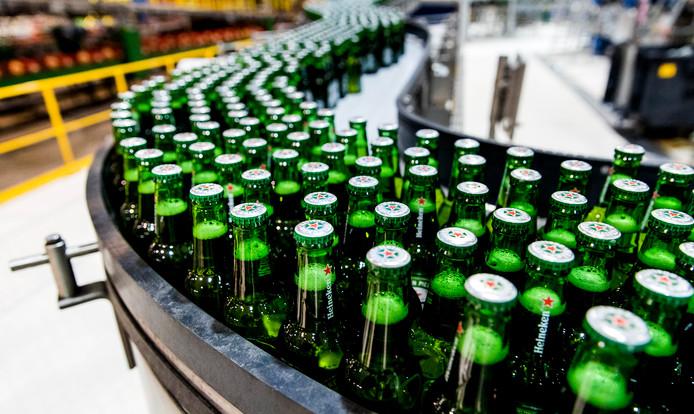 Bierflesjes Heineken over de lopende band in de brouwerij van Heineken