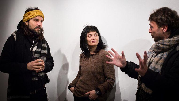 Belaagde kunstenaars: Denis Mashkevich (rechts) met Lars Sergel en Marscha Zuzmann van de met sluiting bedreigde galerie Barbur in Jeruzalem. Beeld Cigdem Yuksel