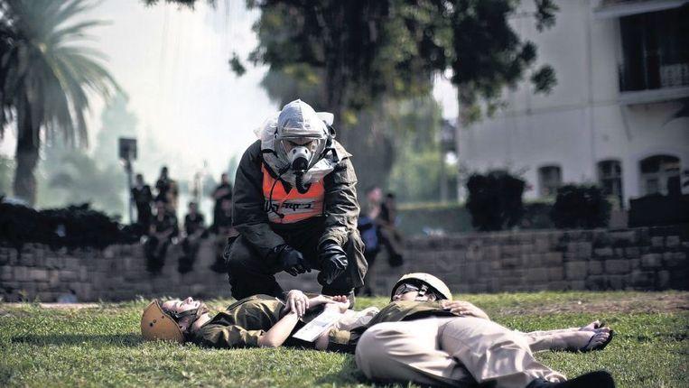 November 2011: Israëlische militairen simuleren in Holon, bij Tel Aviv, de gevolgen van een aanval met chemische wapens. Beeld epa